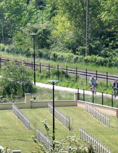 Venez à vélo, la Vélomaritime (Roscoff à Dunkerque) longe le Fort et son cimetière militaire.